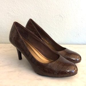 EUC Brown patent leather pumps